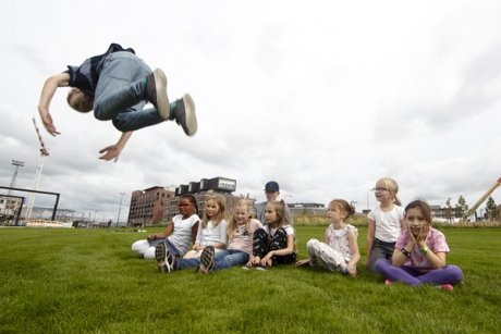 Lapsia Kalasatamassa. Kuva: Riku Pihlanto